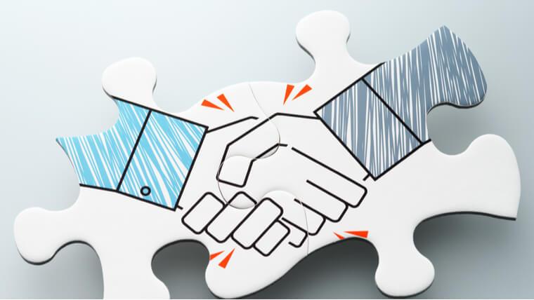 契約成立で握手している男性