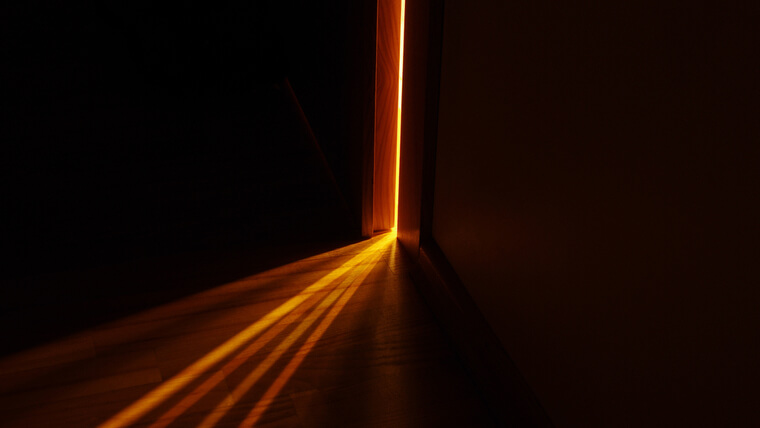 ドアのすき間から漏れる光