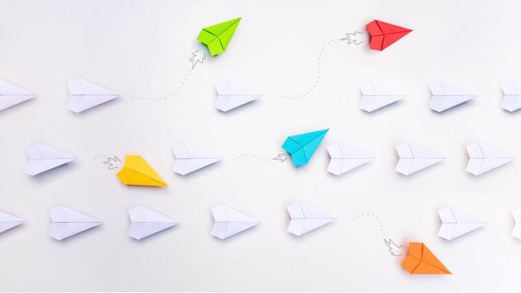 色とりどりの紙飛行機