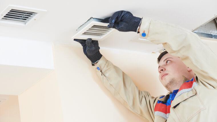 エアコンを交換する男性