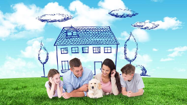 明るい家族と注文住宅