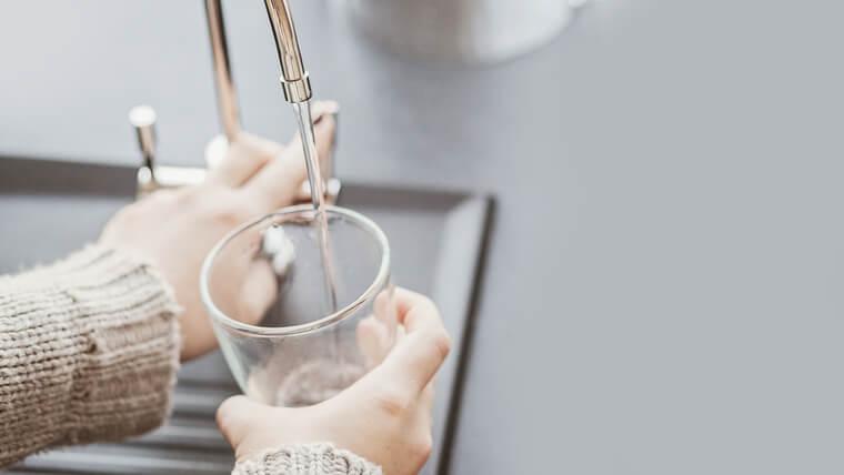 浄水器と水