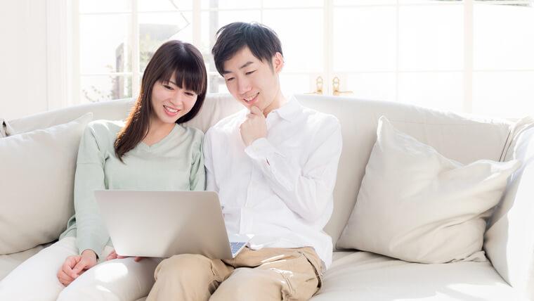 パソコンを眺める夫婦