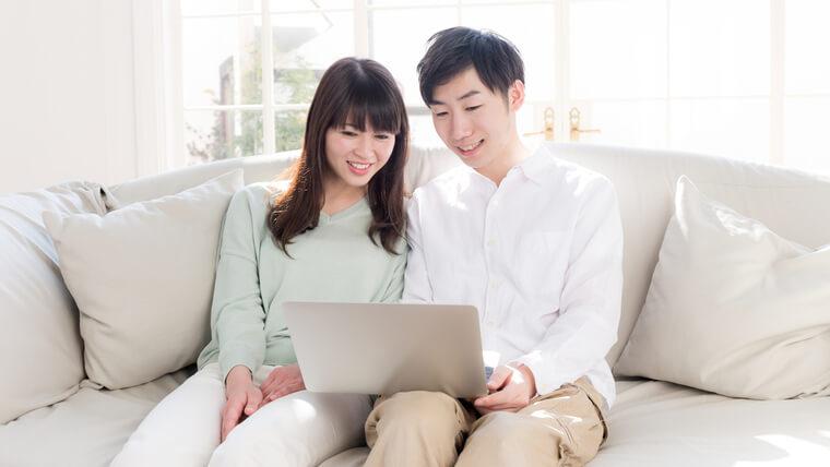 パソコンでハウスメーカー選びをする夫婦