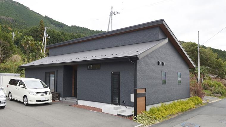 片流れ屋根を組み合わせたモダンブラックな外観