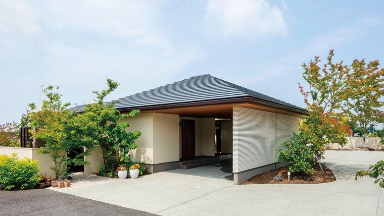 シンプルな外壁と車寄せが印象的な平屋