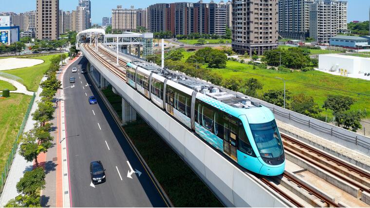 電車と幹線道路