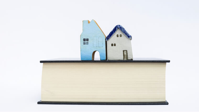 本の上にある2つの家の模型