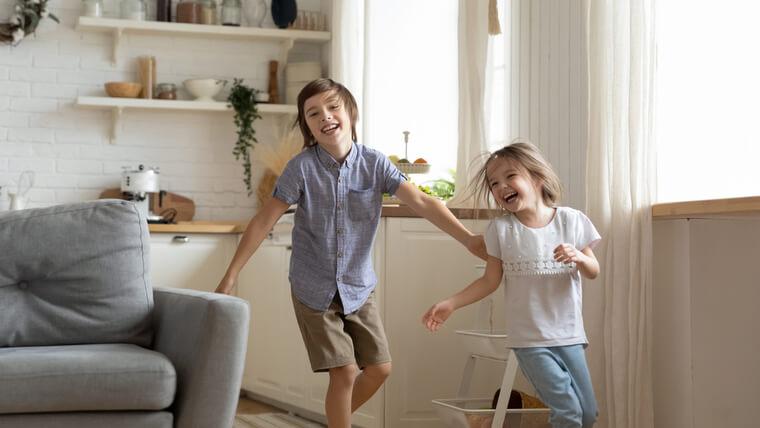 家の中で走り回る子ども