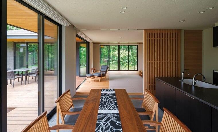木材を生かした高級感のある内装